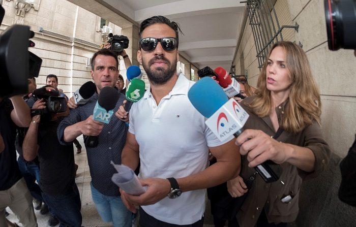 Antonio Manuel Guerrero, uno de los integrantes de 'La Manada', condenado a nueve años de cárcel por abusar sexualmente de una joven en Pamplona durante los Sanfermines de 2016, se presentó esta mañana ante el juzgado de guardia de Sevilla. EFE