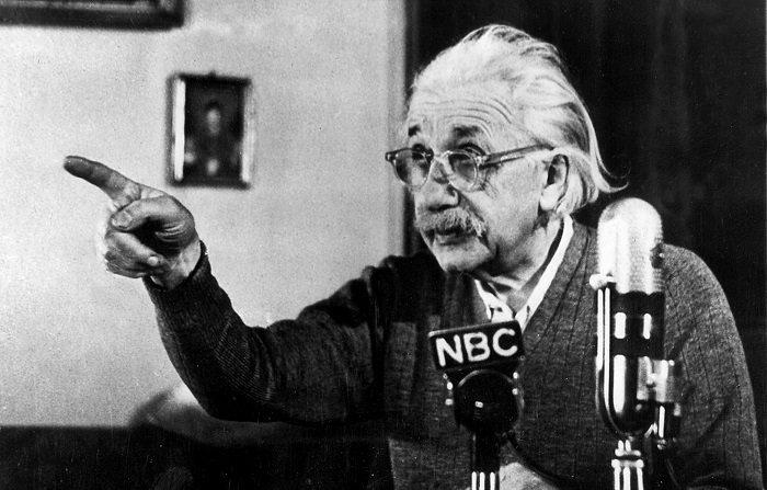 Subastan carta de Einstein escrita mismo día que renunció a pasaporte alemán Fotografía de archivo del profesor Albert Einstein en la cadena de televisión NBC, en Nueva York. EFE /Archivo