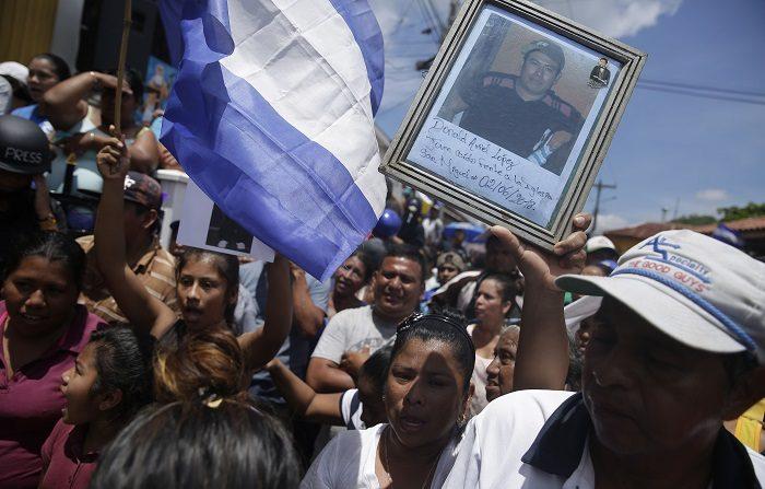 Las protestas contra el Gobierno comenzaron por unas fallidas reformas a la seguridad social y se convirtieron en un reclamo que pide la renuncia de Ortega, tras once años consecutivos en el poder, con acusaciones de abuso y corrupción en su contra. EFE/Archivo