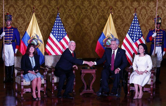 El presidente de Ecuador, Lenín Moreno (c-d), y su esposa, Rocío González (d), reciben al vicepresidente estadounidense, Mike Pence (c-i), y su esposa, Karen Pence (i), durante su visita oficial hoy, jueves 28 de junio de 2018, en Quito (Ecuador). EFE