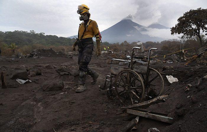 Volcán de Fuego en Guatemala dejó aldeas asoladas el 3 de junio de 2018. EFE/Archivo El deceso de la mujer, cuya identidad prefirió resguardar el funcionario, sucedió entre las 14.00 y las 15.00 hora local de Guatemala (20.00 y 21.00 GMT). EFE/Archivo