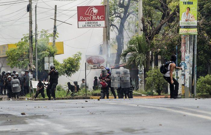 EE.UU. aumenta sus sanciones a Nicaragua por abusos a los DDHH y socavar la democracia Manifestantes se enfrentan con policías en Managua (Nicaragua). EFE/Archivo