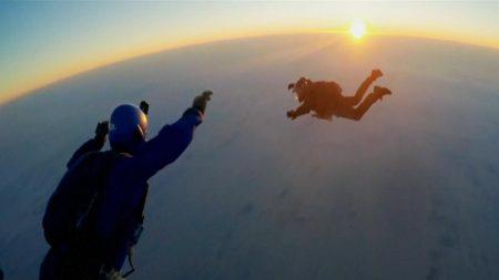 """Tom Cruise ejecuta el riesgoso salto en paracaídas """"HALO"""" durante Misión Imposible – Fallout"""