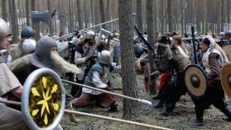 Fanáticos del Hobbit se sumergen en la historia y protagonizan una batalla en los bosques checos