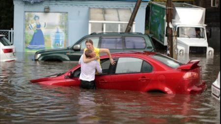 Conductora es rescatada de auto sumergido luego de repentina inundación en Rusia