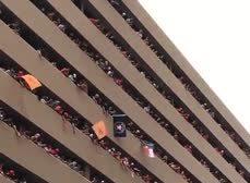 Aficionada pierde gorra de béisbol desde el nivel 7 de los balcones. Observa cómo logra recuperarla