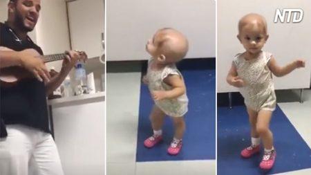 Tiene 1 año de edad y padece cáncer. Cuando el doctor llega con su música, los problemas desaparecen