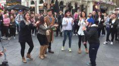 Todos se amontonan para ver al artista y bailar, pero este chico se roba completamente el show