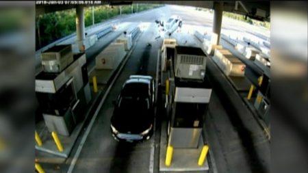 Pasajero sale por los aires cuando su auto se estrella contra cabina de peaje