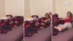 Mamá duerme. Un hombre aparece frente a ella y salta de la cama. ¿Quién es él?