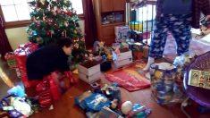 Este niño esta contento con sus regalos, pero sus padres dejaron el mejor para el final
