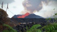 La lava fluye por la carretera cerca de la fisura 8 del volcán Kilauea