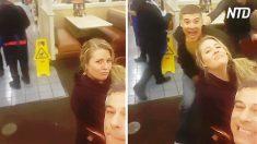 Piensa que posa para una selfie con su esposo. Luego ve quien está detrás de ella y grita de emoción