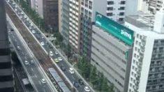 A mano estos trabajadores mueven el tren de Osaka después del terremoto de Japón