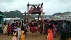 Niños rohinya disfrutan en Bangladesh de una rueda de la fortuna en el campamento Nayapara
