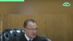 El juez llama a un 'niño honesto' para que juzgue a su papá, el resultado es impactante