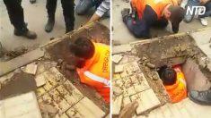 Se apresuran a salvar a un perro atrapado en la alcantarilla. Cuando rompen el piso, se pone tenso