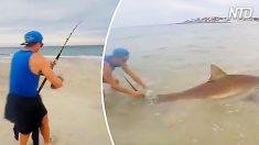Este pescador siente un gran tirón en su línea. Cuando ve esta aleta dorsal, queda boquiabierto