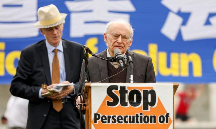 David Matas (Der.) habla en un evento público luego de recibir el Premio de Derechos Humanos de Amigos de Falun Gong en conjunto con David Kilgour (Izq.). (Samira Bouaou/La Gran Época)