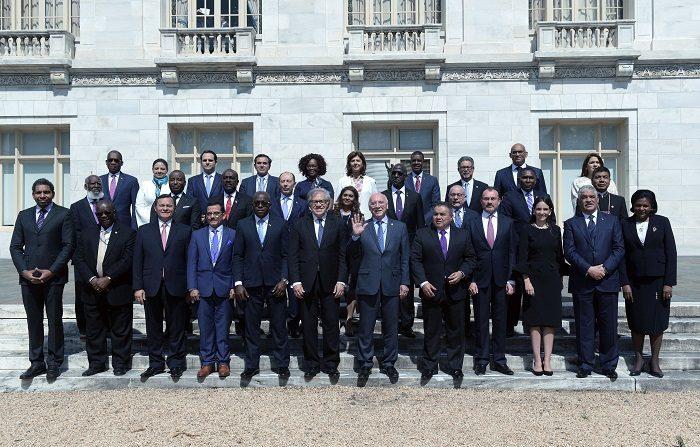 Cancilleres y embajadores de países miembros de la Organización de Estados Americanos (OEA) posan para una foto colectiva al final de la sesión plenaria de la 70ª Asamblea General del organismo hoy, lunes 4 de junio de 2018, en Washington (EE.UU.). EFE/Lenin Nolly