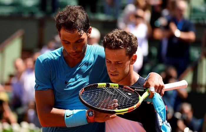 El tenista español Rafael Nadal (i) reacciona tras ganar al argentino Diego Schwartzman durante su partido de cuartos de final de Roland Garros que ambos disputaron en París, Francia, hoy, 7 de junio de 2018. EFE/ Caroline Blumberg