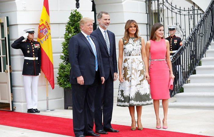 Fotografía facilitada por la Casa de S.M. el Rey del presidente de Estados Unidos Donald Trump (i), su mujer Melania Trump (2d), el Rey Felipe VI y la Reina Letizia, durante el encuentro que ambos mandatarios y sus esposas celebran en la Casa Blanca, además de una sesión de trabajo de los dos jefes de Estado junto con sus respectivas delegaciones. EFE/Francisco Gómez