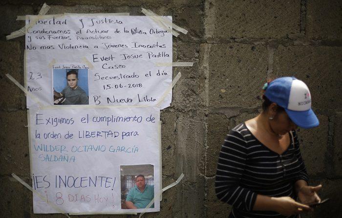 Famiiares colocan pancartas el 19 de junio de 2018, en el muro externo de la cárcel El Chipote, en Managua. El Centro Nicaragüense de Derechos Humanos (Cenidh) demandó hoy la libertad de un adolescente de 15 años, que presumen se encuentra detenido en la cárcel de El Chipote -una de las cárceles de máxima seguridad en la dictadura de los Somoza-, en el marco de las protestas contra el Gobierno de Daniel Ortega. EFE/Rodrigo Sura