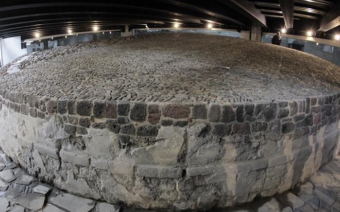 Vista del Templo de Echécatl durante un recorrido hoy, martes 19 de junio de 2018, en Ciudad de México (México). Un estacionamiento de un centro comercial cubre un templo prehispánico dedicado al dios mexica del viento, Ehécatl-Quetzalcóatl, en la zona arqueológica de Tlatelolco, ubicada en el centro histórico de la capital mexicana. EFE/Mario Guzmán