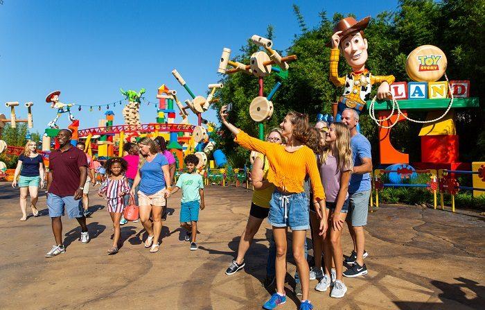 Las muñecos cobran vida, las personas se vuelven juguetes y la imaginación se agranda en Toy Story, una nueva atracción inspirada en la película de animación homónima, que este sábado abre sus puertas en el parque temático Hollywood Studios, en Orlando (centro de Florida). Toy Story Land, que ocupa casi 50.000 pies cuadrados (más de 4.600 metros cuadrados), promete embarcar a los visitantes en una travesía por el infinito y hacia un mundo en el que los muñecos de la cinta de Pixar parecen cobrar vida y los humanos se vuelven tan pequeños como juguetes. EFE/Steven Diaz/Walt Disney World/SOLO USO EDITORIAL/NO VENTAS