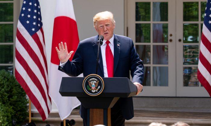 Donald Trump, en una conferencia de prensa durante la visita del primer ministro japonés, Shinzo Abe. (Samira Bouaou/La Gran Época)