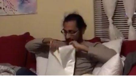 Este hombre se emociona tras recibir el día de su cumpleaños los papeles de adopción