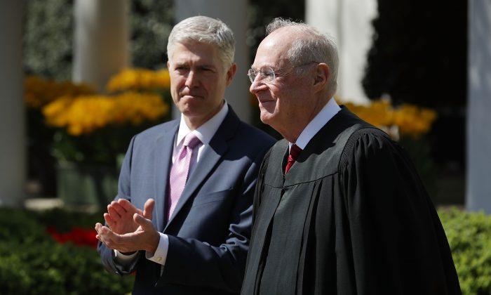 El juez asociado de la Corte Suprema de los Estados Unidos Anthony Kennedy (De) se prepara para administrar el juramento judicial ante el juez Neil Gorsuch durante una ceremonia en el Rose Garden en la Casa Blanca en Washington el 10 de abril de 2017. (Chip Somodevilla / Getty Images)