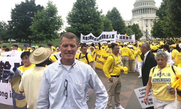 Brian Witt, un candidato para el 27mo distrito congresional de California,  hace un llamando para poner fin a la persecución a Falun Gong en China, en el sector Oeste del Capitolio, sede del Congreso en Washington, el 20 de junio de 2018. (Sophia Fang / La Gran Época)