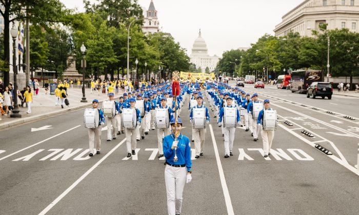 "La Banda Tian Guo se desplaza por la Avenida Pennsylvania en Washington, el 20 de junio de 2018. Tian Guo significa ""celestial"". (Edward Dye / La Gran Época)"