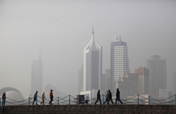Gente camina en la densa niebla de contaminación en la provincia de Shandong.(STR/AFP/Getty Images)