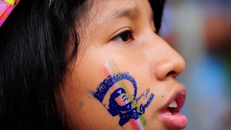 Niños tienen mejor salud mental si sus padres se involucran en su educación. (El crédito de la foto debe leer PEDRO PARDO/AFP/Getty Images)