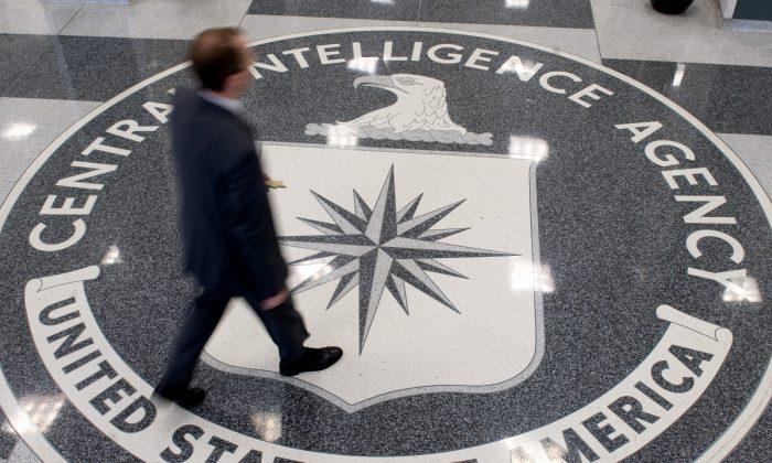 Un hombre cruza sobre el símbolo de la Agencia Central de Inteligencia (CIA) en la entrada de sus oficinas centrales en Langley, Virginia, el 14 de agosto de 2008. (Saul Loeb/AFP/Getty Images)