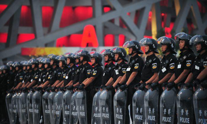 Miembros de un comando anti-motines se alinean en las afueras del estadio olímpico de Pekín durante un ensayo de seguridad el 23 de julio de 2008. (Frederic J. Brown/AFP/Getty Images)