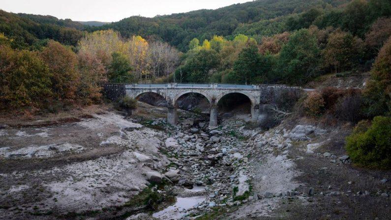Una vista general muestra niveles de agua bajos en el río Xares con niveles de agua bajos debido a la sequía. La Agencia Estatal de Meteorología (Aemet) ha anunciado para mañana, martes, precipitaciones en la mitad norte peninsular que pueden ir ocasionalmente acompañadas de tormenta.  (El crédito de la foto debe leer MIGUEL RIOPA/AFP/Getty Images)