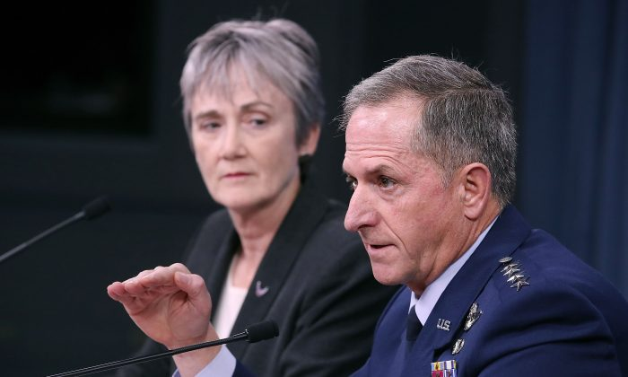 La secretaria de la Fuerza Aérea Heather Wilson y el jefe de staff, el General David Goldfein, en una rueda de prensa en el Pentágono el 9 de Noviembre de 2017, en Arlington, Virginia. (Mark Wilson/Getty Images)