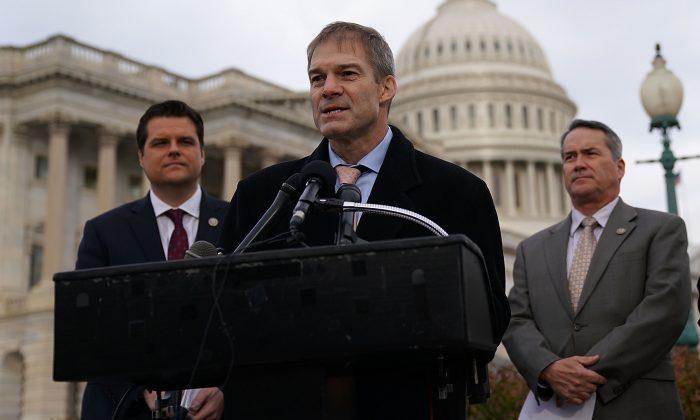 EL congresista Jim Jordan habla, y los congresistas (L-R) Matt Gaetz (Izq.) y Jody Hice (Der.) escuchan durante una conferencia de prensa en frente del Capitolio en Washington el 6 de Diciembre de 2017.(Alex Wong/Getty Images)