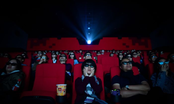 Esta foto de archivo muestra a personas viendo una película en el teatro Wanda Group Oriental Movie Metropolis en la ciudad de Qingdao, Provincia de Shandong, el 27 de Abril de 2018. (Wang Zhao/AFP/Getty Images)
