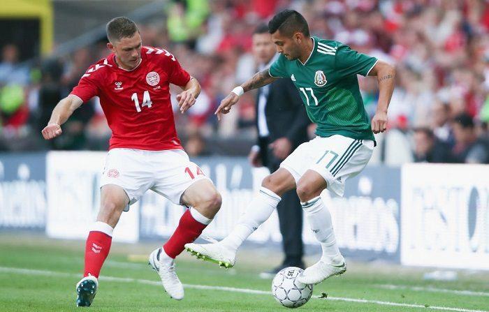 Jesús Manuel Corona de México es desafiado por Henrik Dalsgaard de Dinamarca durante el partido amistoso internacional entre Dinamarca y México antes de la Copa Mundial de la FIFA Rusia 2018 en Brondby Stadion el 9 de junio de 2018 en Brondby, Dinamarca. (Foto de Alex Grimm/Getty Images)