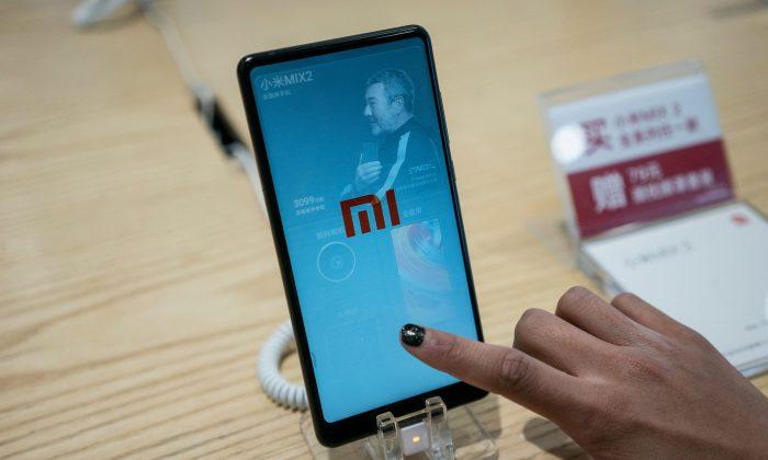 Un teléfono celular Xiaomi en un negocio de Beijing, el 2 de mayo de 2018. (Fred Dufour/AFP/Getty Images)