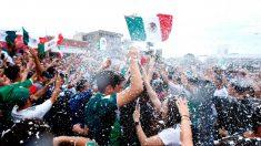 Imperdible: cada vez que ven a un coreano los mexicanos siguen celebrando su pase a octavos
