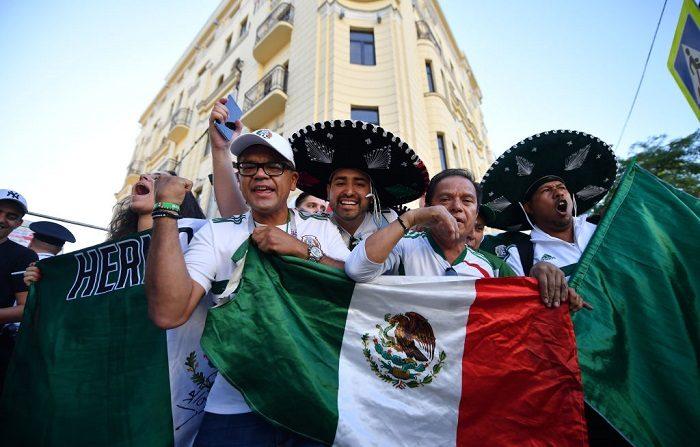 El riesgo de vestir ropa con diseños de la bandera y el escudo de México.  (Photo by Hector Vivas/Getty Images)