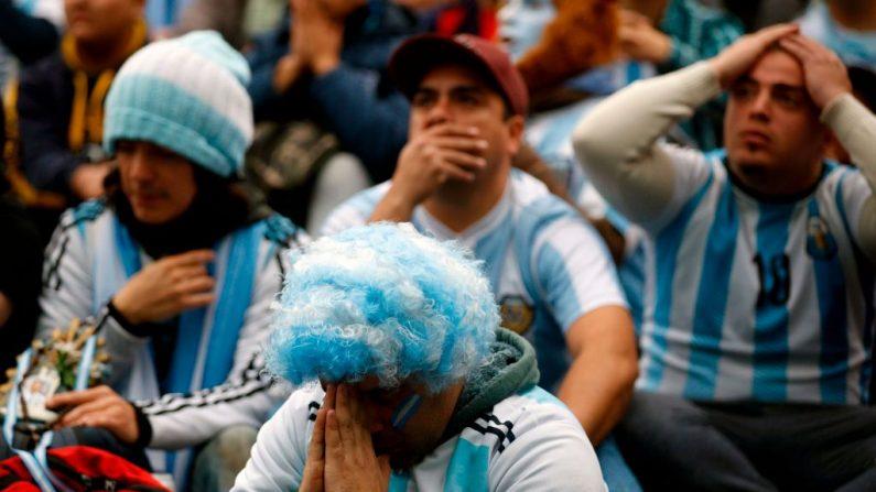 Los fans de Argentina ven el partido de la Copa Mundial de la FIFA Rusia 2018, entre Argentina y Francia en una pantalla gigante en la plaza San Martín de Buenos Aires el 30 de junio de 2018. (Emiliano Lasalvia / AFP/Getty Images)