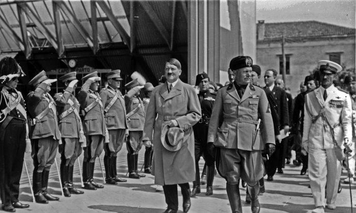 Adolf Hitler y Benito Mussolini frente a soldados en Venecia, Italia en junio de 1934. (Instituto Nazionale Luce)