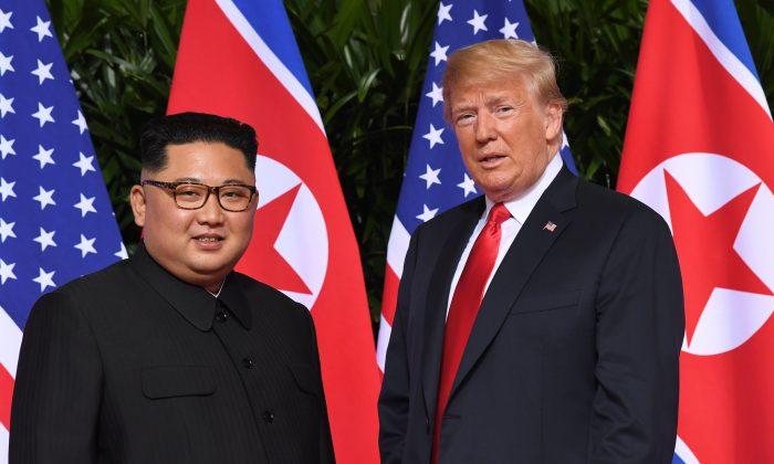 El presidente Donald Trump (d) se reúne con el líder norcoreano Kim Jong Un al comienzo de su histórica cumbre, en el Hotel Capella en la isla de Sentosa, Singapur, el 12 de junio de 2018. (SAUL LOEB / AFP / Getty Images)