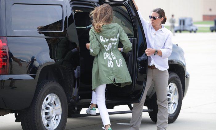 La primera dama Melania Trump (C) regresa a su caravana después de viajar a Texas para visitar las instalaciones que albergan y cuidan a los niños en la frontera entre EE. UU. y México en Base Aérea Joint Andrews, Maryland, el 21 de junio de 2018. (Chip Somodevilla / Getty Images)